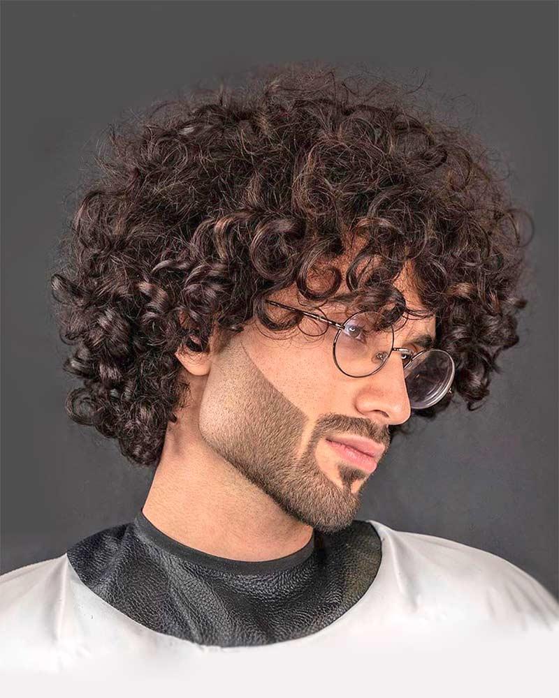 Стильная борода у кучерявого мужчины