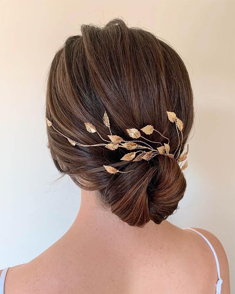 Прическа свадебная с украшением для волос