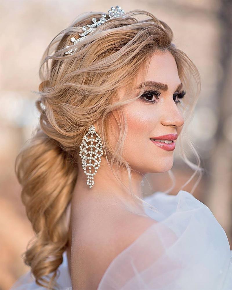 Свадебная прическа в греческом стиле с ободком из цветов