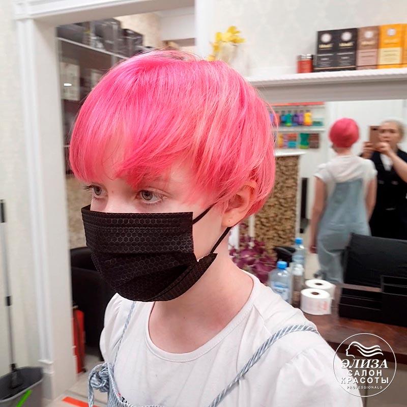 Подросток девочка с розовыми волосами