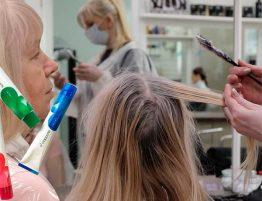 Окрашивание волос и стрижка после 50 лет в салоне красоты